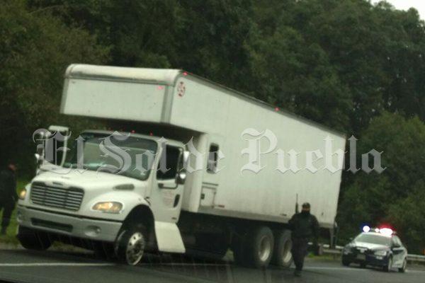 Roba camión y desata persecución policíaca en la Virreyes-Teziutlán