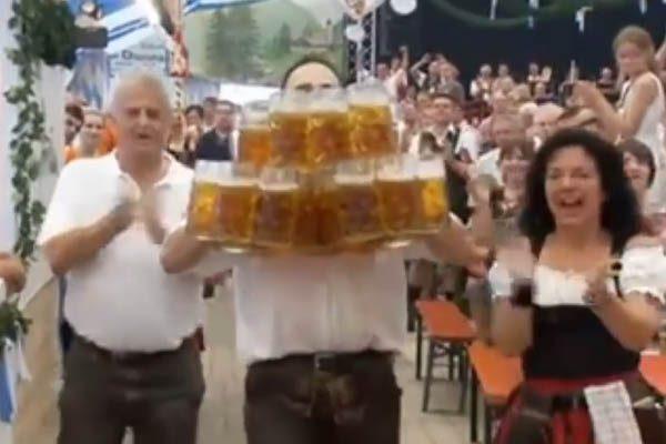 [VIDEO] Mesero rompe récord mundial por llevar 29 tarros de cerveza