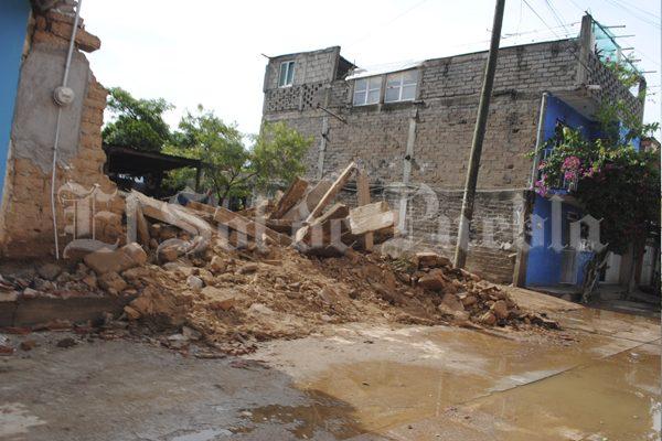 Lluvias derrumban casas en Acatlán