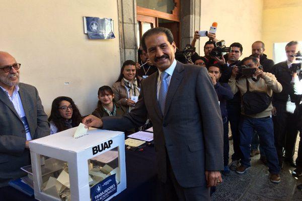 Vota Alfonso Esparza en comicios de la BUAP para nombramiento de rector