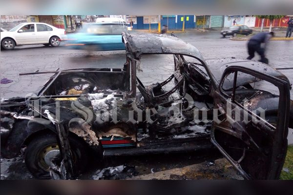 Se incendia vocho en Bosques de Manzanilla