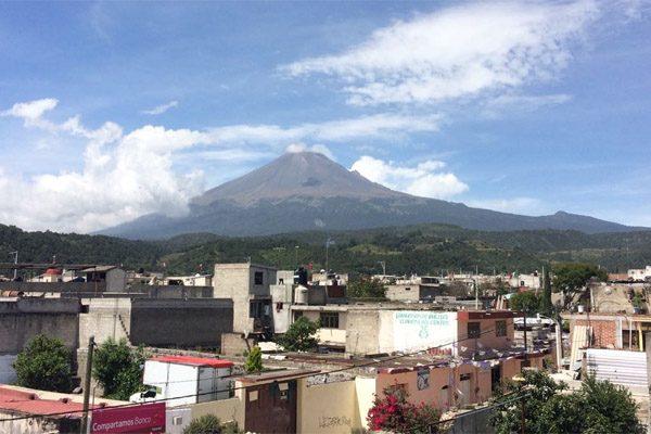 Popocatépetl lanzó fumarola en tono rojo, dicen pobladores de Xalitzintla