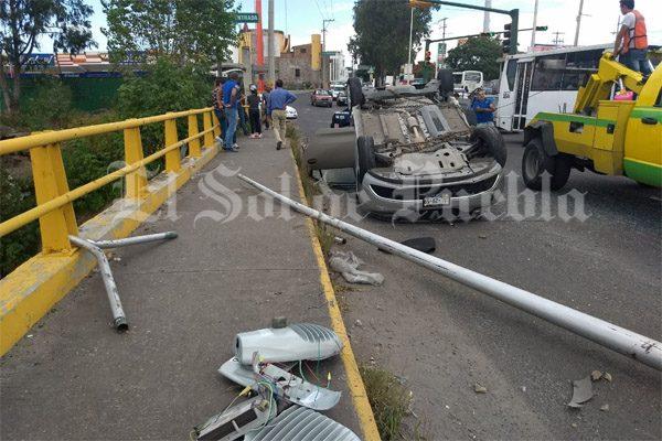Vuelca automóvil en bulevar Vicente Sánchez