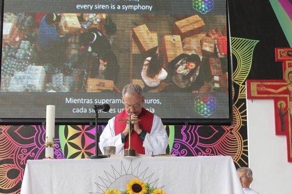 Cambia Ibero pasajes de la Biblia por letras de Coldplay para quitarle lo aburrido a la misa