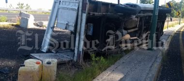 Vuelca camioneta del Ayuntamiento de Puebla en Periférico