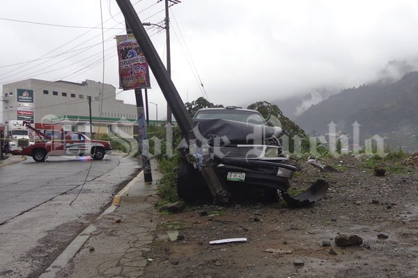 Ebrio choca contra poste y deja sin electricidad a todo un barrio en Teziutlán