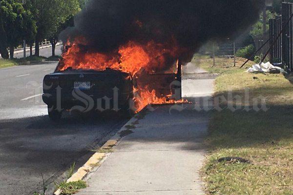 Se incendia automóvil en la avenida Cúmulo de Virgo