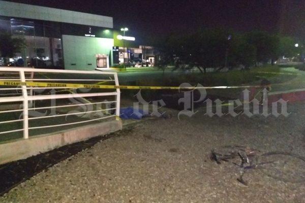 Muere ciclista al caer dentro de zanja que Agua de Puebla dejó en Vía Atlixcáyotl