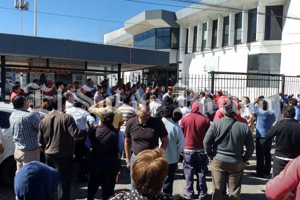 Exigen taxis piratas de Puebla frenar operativos en su contra