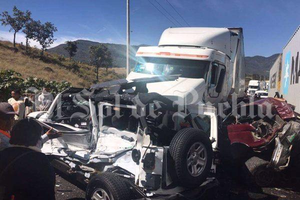 Aparatoso accidente en la Puebla-Orizaba deja cinco heridos y un muerto
