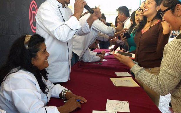 Finalistas de MasterChef firman autógrafos en Tlaxcala