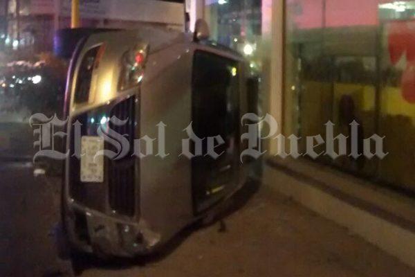 Vuelca automóvil y termina dentro de HSBC en El Vergel
