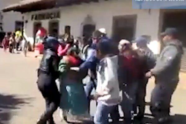 [VIDEO] Muestran abuso policial contra mujer indígena en Chignahuapan