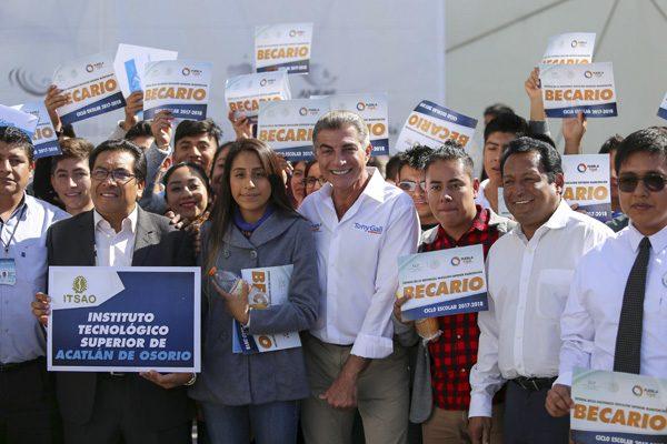 Entrega Gali apoyos a estudiantes de Puebla