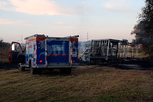 [Video] Se incendia camioneta huachicolera en cultivos de Huejotzingo