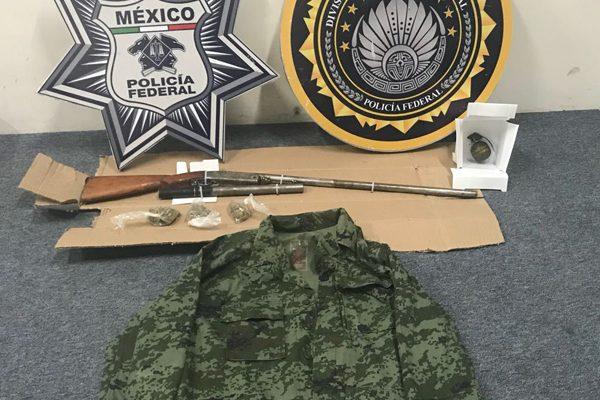 Con granada y uniforme militar, detienen a tres sujetos en la Puebla-Orizaba