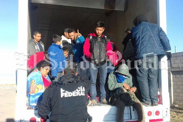 En caja de tráiler, abandonan a 29 migrantes centroamericanos en Puebla
