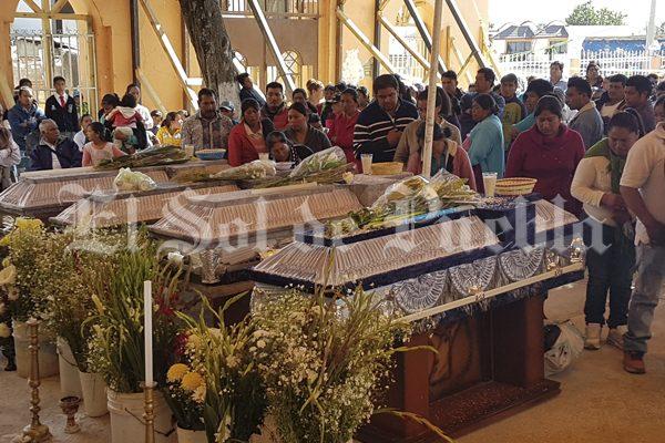Dan último adiós a los peregrinos fallecidos en choque en la México-Puebla