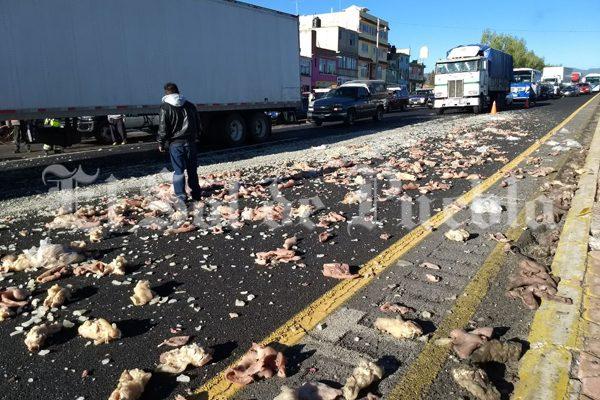 Vuelca camioneta con productos cárnicos en la México-Puebla