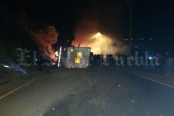 Tras volcarse, se incendia tráiler en la autopista Puebla-Orizaba