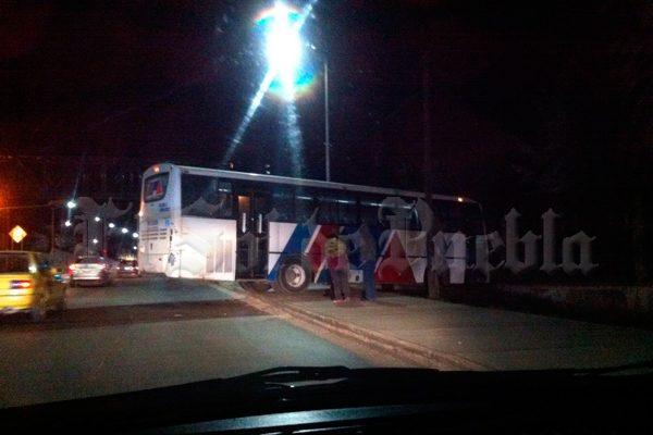 Autobús de la línea Amozoc pierde el control y se estrella en una casa