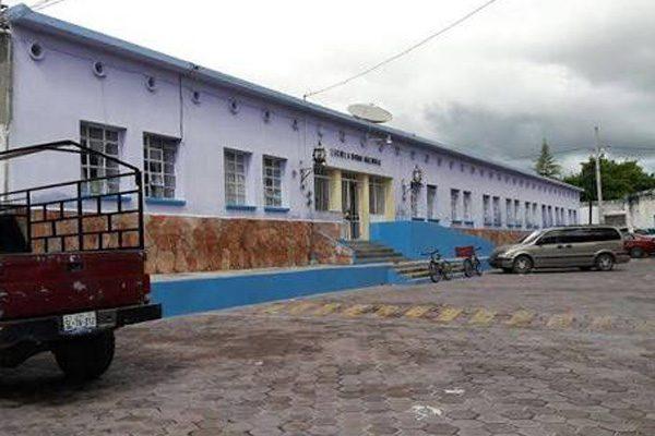 Instalan nuevo techado en escuela de Ixcaquixtla que será reubicada