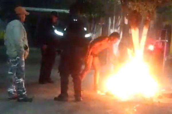 """#VIDEO Por andar en calzoncillos, le da frío y prende """"fogata"""" en zócalo de Texmelucan"""