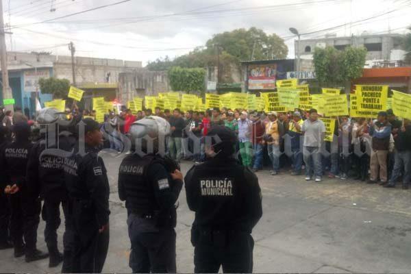 Desquician 200 burócratas el centro de Tehuacán