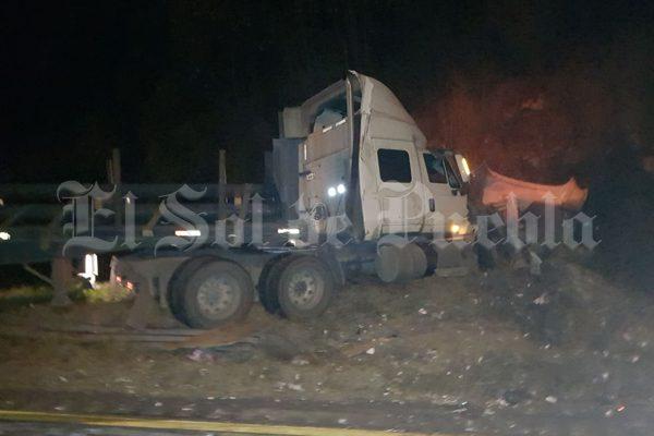 Se incendia tráiler cargado con cartón tras volcar en la Puebla-Orizaba