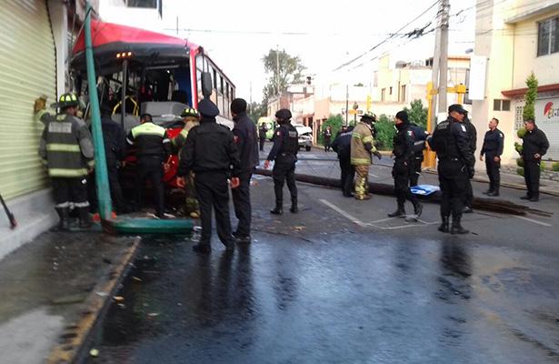 Choca autobús y provoca fuga de gas en colonia de Toluca