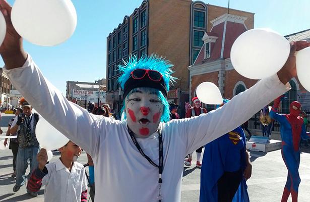 Marchan payasos en Ciudad Juárez para buscar paz
