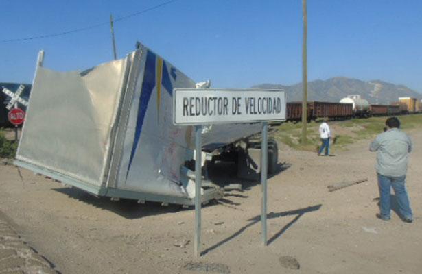 Tren parte en dos a camión de carga en Chihuahua