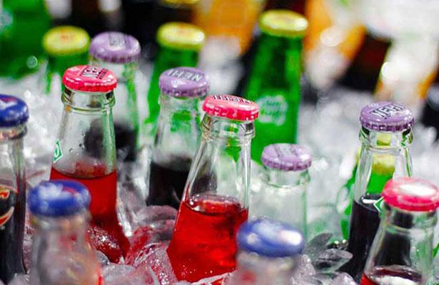 Mexicanos gastan más en refrescos y cervezas que en canasta básica