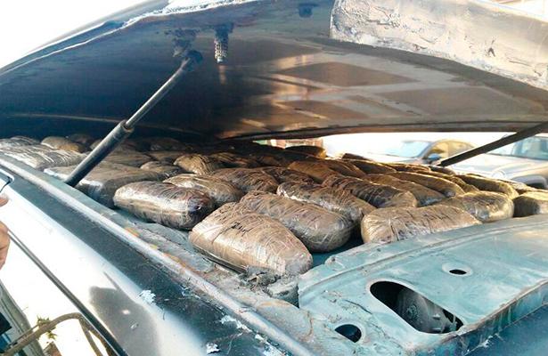Hallan droga oculta en un vehículo en Baja California