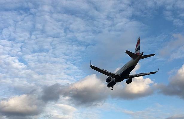 Normalizan servicio en aeropuerto de Londres tras incidente químico
