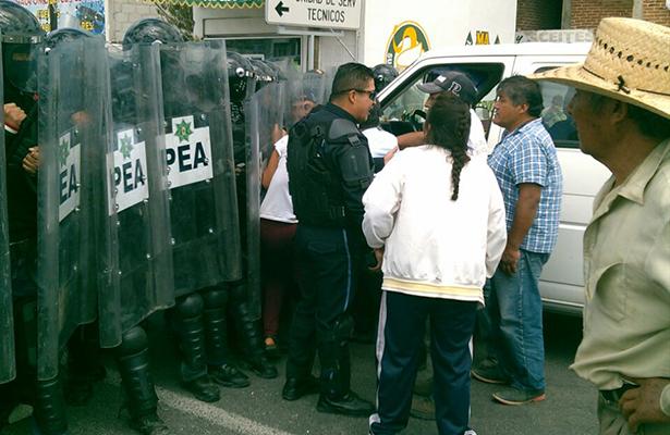 Confrontación entre granaderos y vecinos de Acuitlapilco