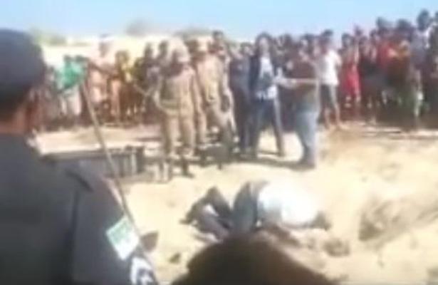 [Video] Forense borracho cae sobre cadáver en una fosa clandestina