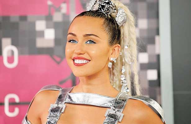 ¡Miley Cyrus pide que la manoseen en pleno concierto!