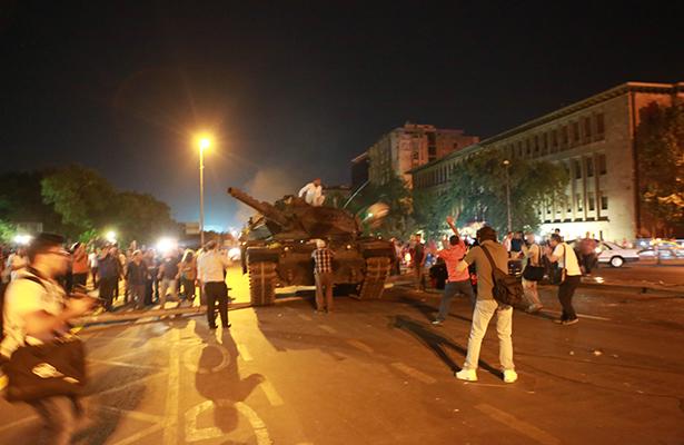 Turquía cesa a funcionarios involucrados en golpe de estado