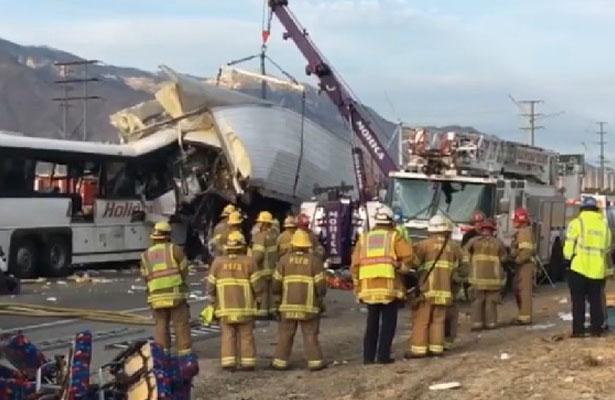 Accidente en autopista de California deja al menos 13 muertos