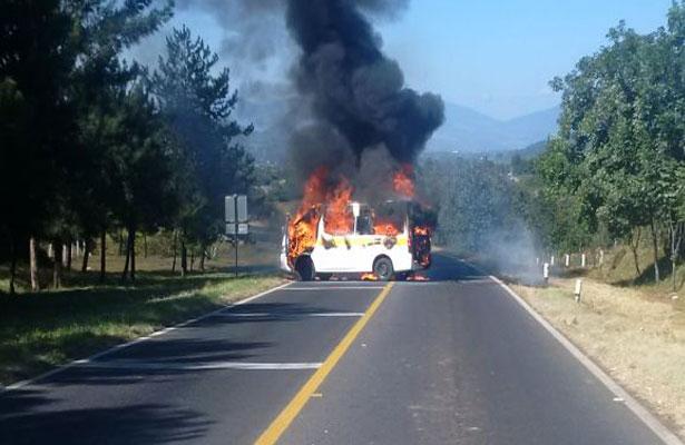 Normalistas protestan y queman vehículo en Michoacán