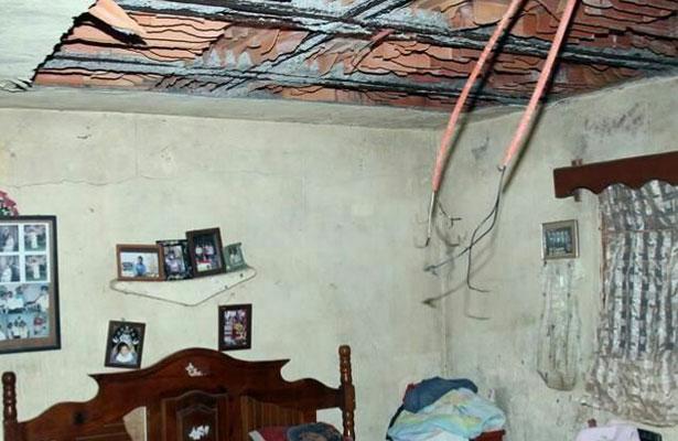 Cae techo de vivienda hiriendo a tres personas en NL