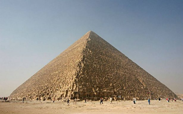 Descubren cavidad del tamaño de un avión en la pirámide de Keops