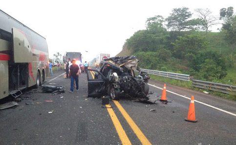 Dos muertos tras choque de camioneta y ADO en Las Choapas