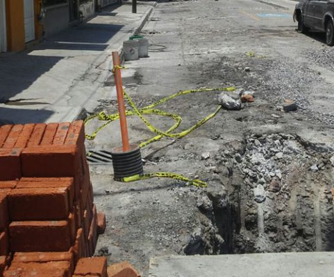 Un mes más de obras del drenaje en la calle Independencia