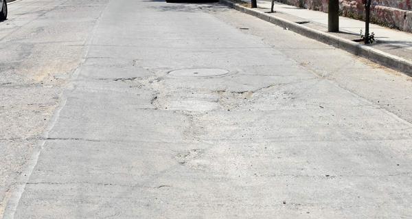 Temen vecinos que se abra socavón en la calle Mariano Abasolo
