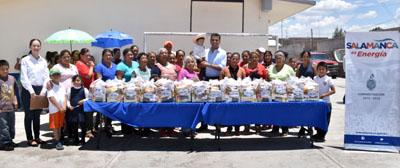 Toño Arredondo entrega apoyos a habitantes de la Colonia la Cruz