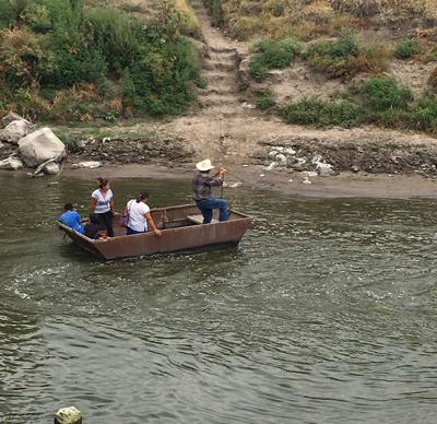 Cruzan río, en Santiaguillo, en frágil y peligrosa lancha