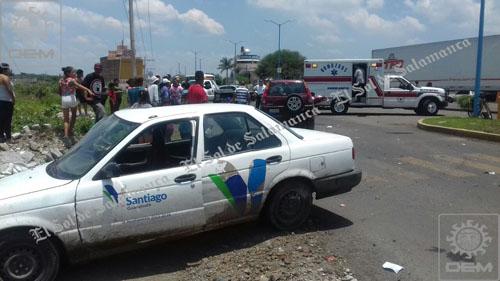 Vehículo oficial participa en choque