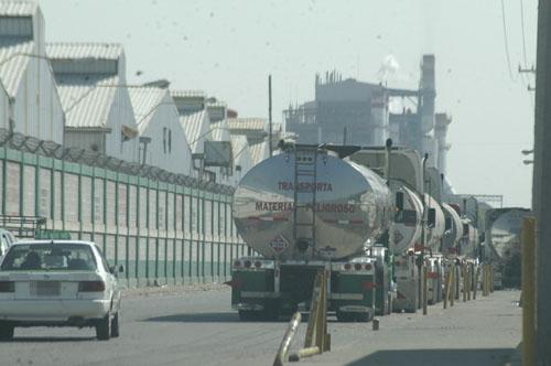 Piden atención de autoridades ante tráfico intenso en la puerta cinco de Pemex